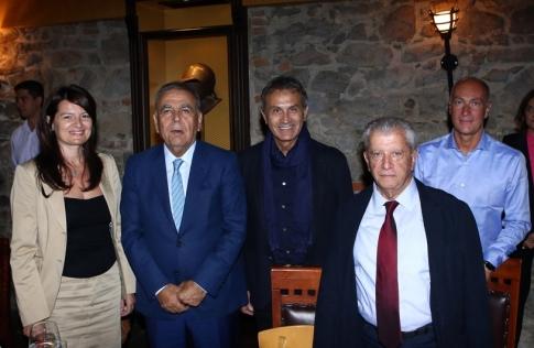 Η Ελληνίδα πρόξενος στη Σμύρνη Αργυρώ Παπούλια, ο δήμαρχος Σμύρνης Αζίζ, Κοτζάογλου, ο Γιώργος Νταλάρας, ο δήμαρχος Νέας Σμύρνης Σταύρος Τζουλάκης και ο πρόεδρος του Πολιτιστικού Οργανισμού Βαγγέλης Χατζατουριάν