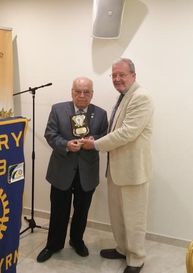 Ο Π.Δ. Ι. Ηλιάκης βραβεύει τον Δ. Γκιζάνη για τη σημαντική προσφορά του στην τοπική κοινωνία